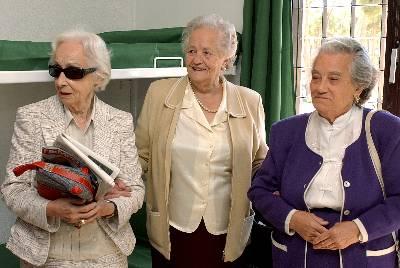 Nieves Torres (d), junto con Carmen Cuesta (i) y  Nieves Torres (d), y Concha Carretero (c), compañeras de prisión de las Trece Rosas, en una imagen de 2004.