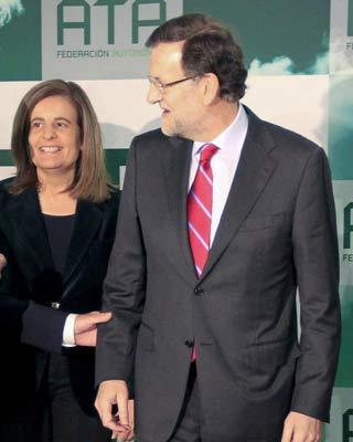 La ministra de Empleo, Fátima Báñez y Mariano Rajoy, en una imagen de archivo.
