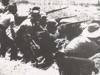 Soldados y campesinos cordobeses atrincherados en agosto de 1936 en el frente de El Carpio en la provincia de Córdoba.