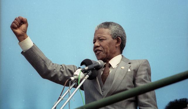 Nelson Mandela pronucia un discurso en 1990.