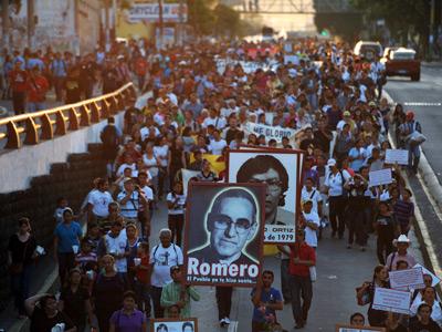 Marcha en recuerdo de monseñor Romero en el 33º aniversario de su asesinato. JOSÉ CABEZAS / AFP