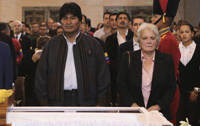 Evo Morales, ante el féretro de Hugo Chávez.- REUTERS