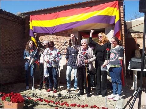 La conductora del acto, la actriz Amparo Climent (segunda por la derecha), junto con familiares de víctimas en el homenaje republicano celebrado esta mañana en el cementerio del Este, rebautizado durante el franquismo como de la Almudena. -PATRICIA CAMPELO