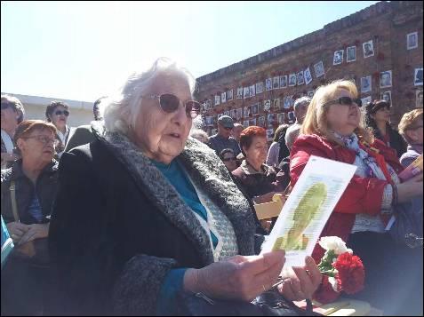 En primera fila, familiares directos de republicanos fusilados frente a las tapias del cementerio siguieron en acto que la asociación Memoria y Libertad celebra cada 14 de abril desde hace siete años. -PATRICIA CAMPELO