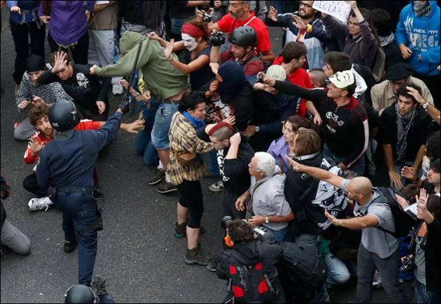Imagen del momento previo a una de las cargas policiales durante el 25-S.- REUTERS