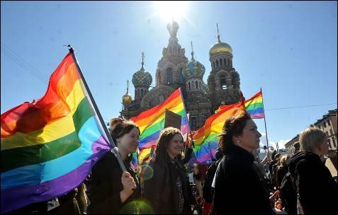 Activistas por los derechos de los homosexuales participan en una marcha en la ciudad rusa de San Petersburgo.