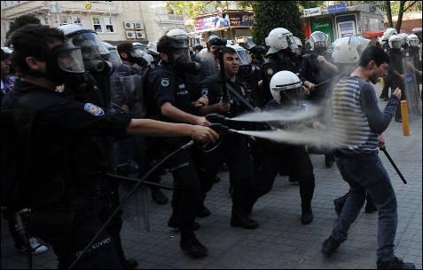 Varios antidisturbios lanzan gas lacrimógeno a un manifestante durante una protesta contra el Gobierno en el aniversario de la ejecución de Denis Gezmis, uno de los fundadores del Ejército de Liberación Popular de Turquía, en Estambul.