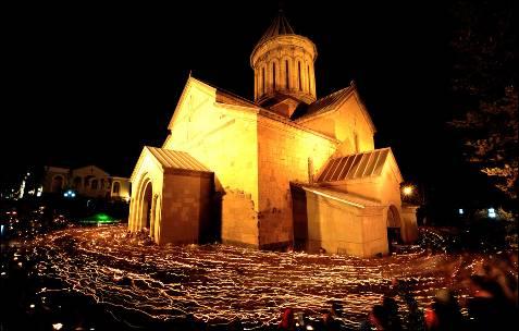 Creyentes ortodoxos rodean a pie la Catedral de Sion, durante la celebración de la Pascua en Tbilisi.