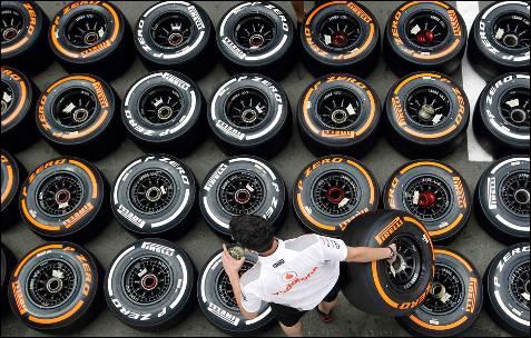 Un mecánico de Fórmula 1 coloca ruedas en el 'paddock', durante el Gran Premio de España en el circuito de Montmelo.