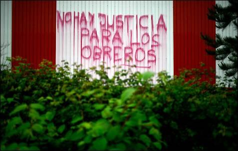 Un graffiti con el texto 'no hay justicia para los obreros', en la pared de la empresa Troquelería del Norte, del sector automotriz, en Sondika, a pocos kilómetros de Bilbao. Unos 120 trabajadores han ocupado la planta durante una semana.- VICENT WEST (REUTERS)