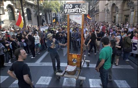 Una guillotina en la manifestación contra la troika de Valencia.