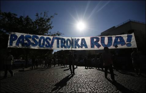 'Passos (primer ministro portugués) y troika, a la calle', decía una pancarta durante la manifestación contra la austeridad en Lisboa.