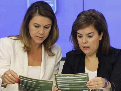 Soraya Saénz de Santamaría y María Dolores de Cospedal, durante la reunión celebrada hoy en la sede del partido en Génova con los presidentes provinciales del PP. EFE
