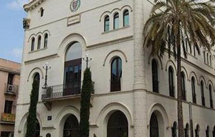 La fachada del Ayuntamiento de Badalona.