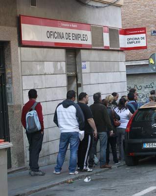 Un grupo de parados hace cola ante una oficina de empleo.ACT