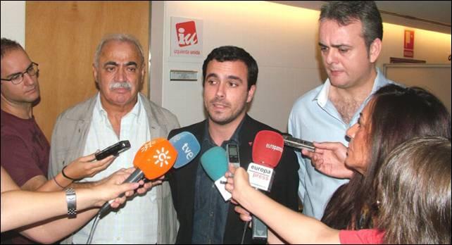 Pedro Montes (iz) y Henrique Illueca (dcha) al lado de Alberto Garzón, ayer en el Congreso.- MARIANO ASENJO