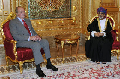 El rey Juan Carlos I conversa con el sultán Qabus bin Said (dcha), durante la reunión mantenida en el palacio Al Alam de Mascate.
