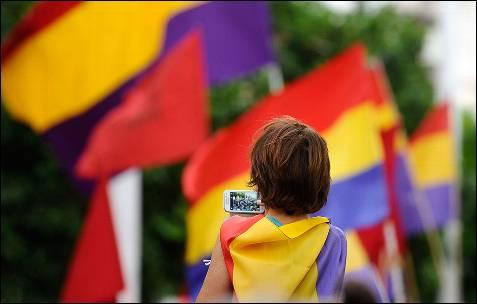 Un momento de la concentración hoy ante las puertas del Ayuntamiento de Sevilla a favor de la República.