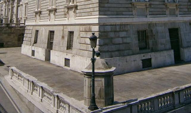 Detalle de la farola republicana que todavía alumbra el Palacio Real.