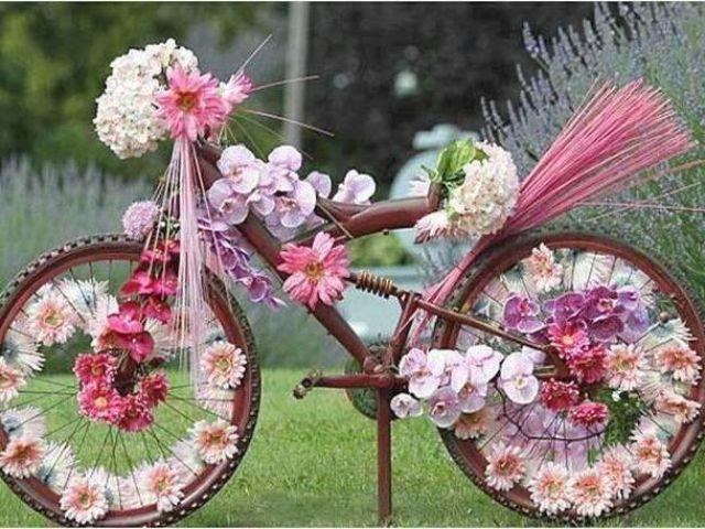 Bicicleta con flores decoracion del jardin
