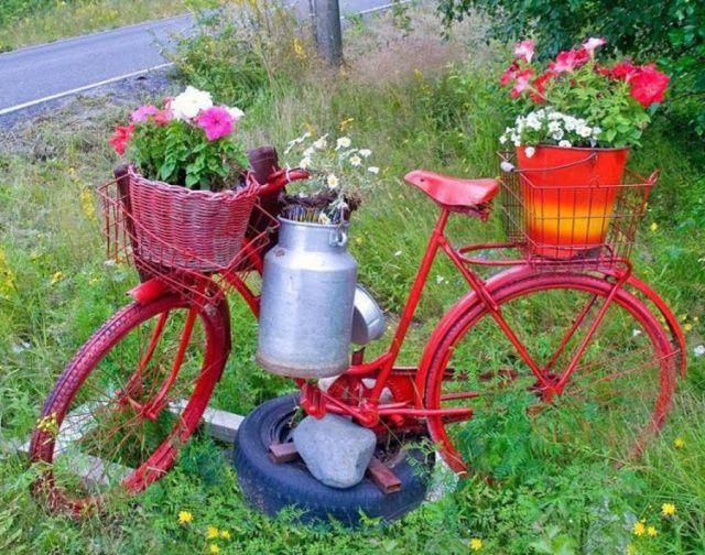 Bicicleta reciclada como decoración para el jardin