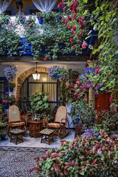 Cafe lectura y descanso en medio del jardin de flores