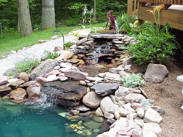 Un estanque con cascada para tu jardin