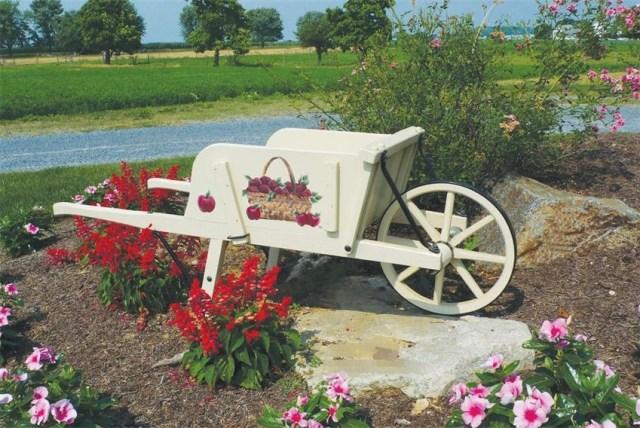 Imagenes de jardines decorados con carretas recicladas for Carretillas de madera para jardin