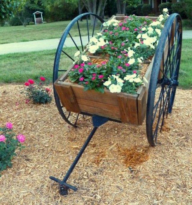 Ideas para decorar el jardin con carretillas de flores