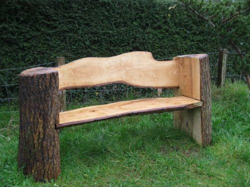 Silla hecha con troncos de madera para el jardin