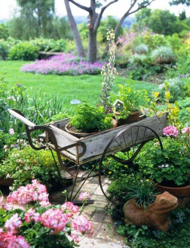 Imagenes de jardines decorados con carretas recicladas for Carretas de madera para jardin