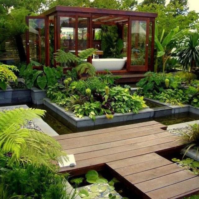 Imagen de baño en medio de un jardin