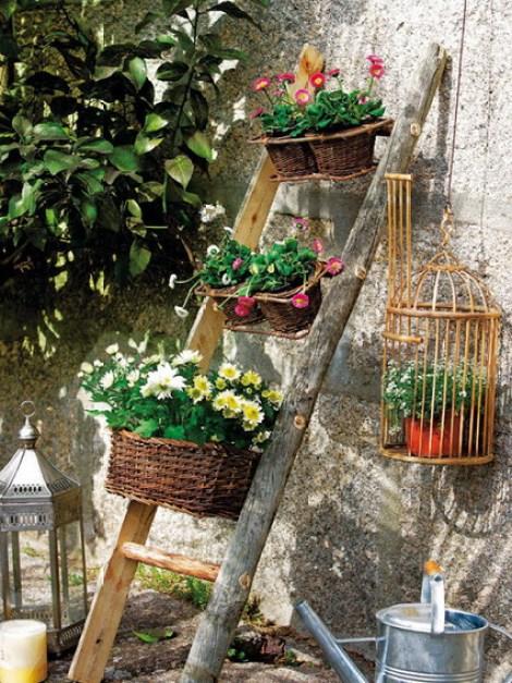 Decoracion del jardin con escaleras de madera recicladas