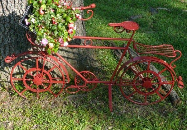 Imagenes con ideas de reciclaje con bicicletas para el jard n for Guardar bicicletas en el jardin