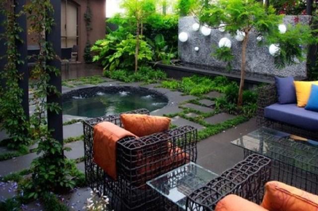 Espacio de descanso en el jardín con decoración minimalista