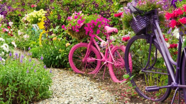 Imagenes de un Jardin de flores decorado con bicicletas recicladas