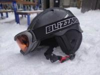 Casco y gafas de Esquí sobre la nieve