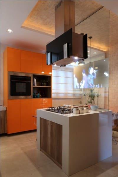 Cores frias e quentes: armário de cozinha laranja (foto: Sandrin Planejados)