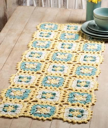 caminho de mesa de croche azul e amarelo