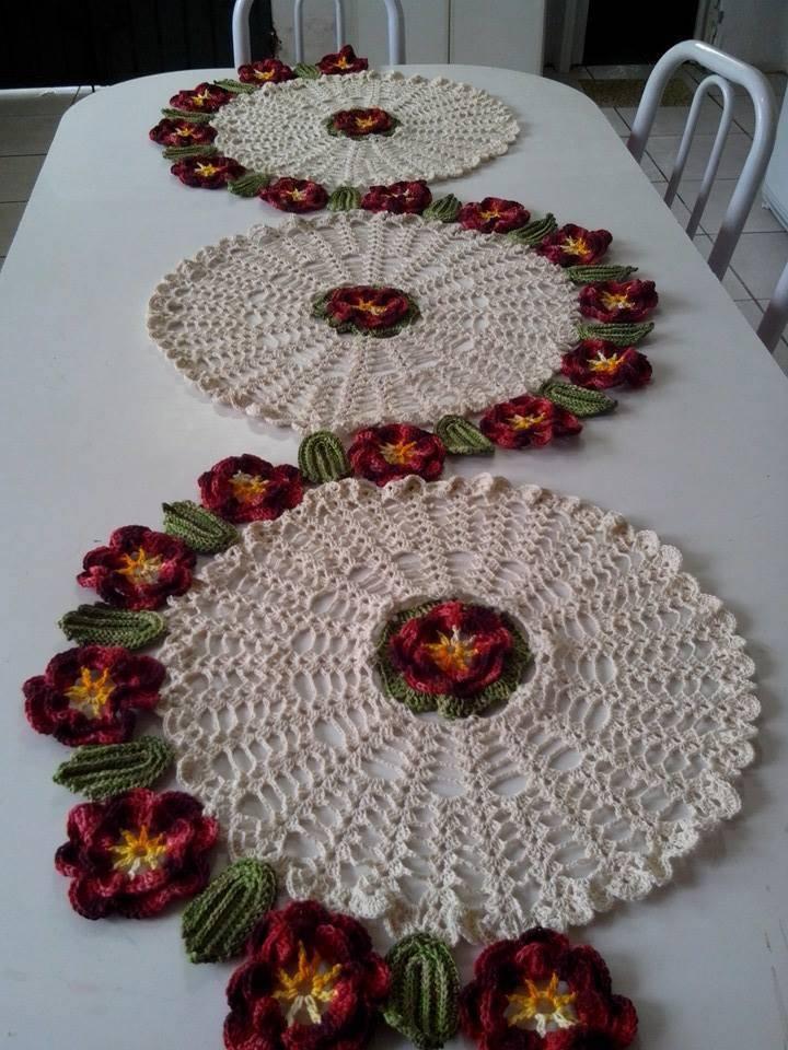 caminho de mesa de croche com-circulos-e-flores