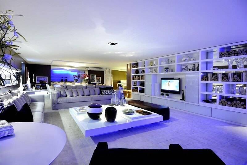 sala planejada ampla com luz azul projeto de Sergio Palmeira