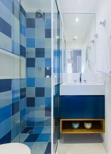 Decoração de banheiro colorida com gabinete azul e nicho branco Projeto de Duda Senna