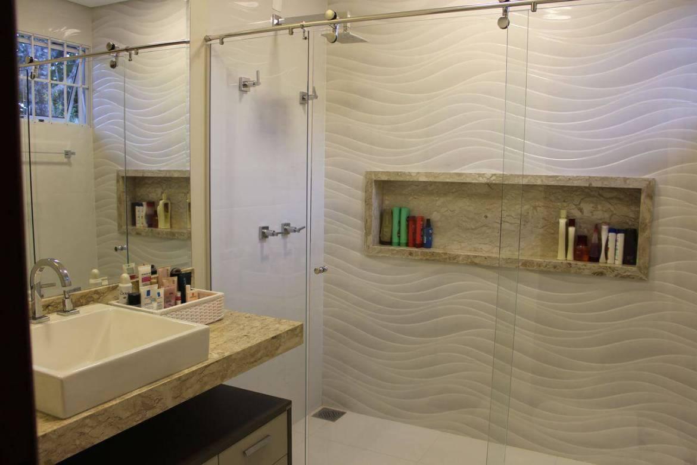 Decoração de banheiro com nicho no box Projeto de Bianca Monteiro