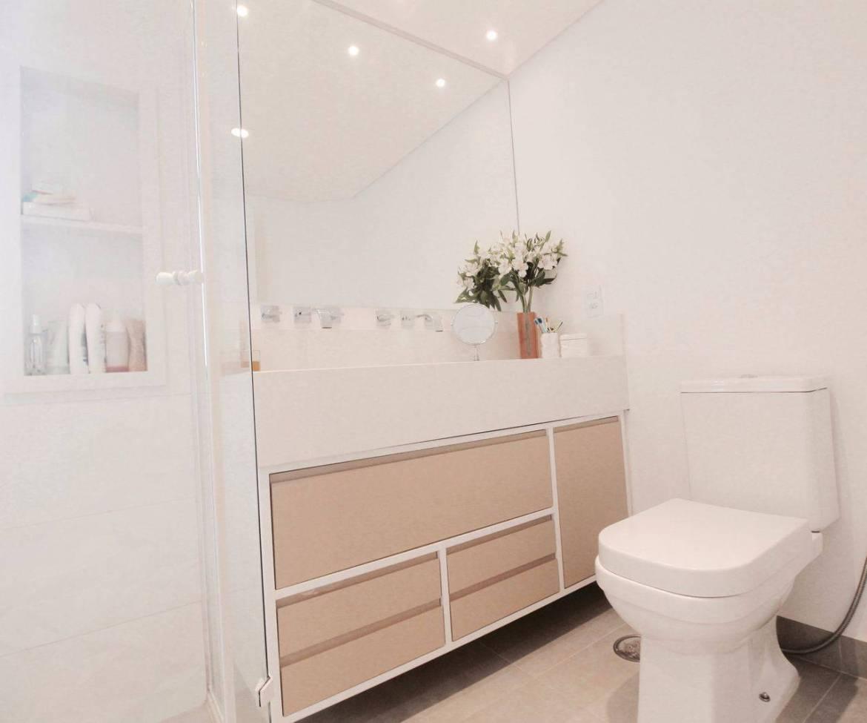 Decoração de banheiro super clean, com nicho e gabinete com gavetas Projeto de Glaucio Gonçalves