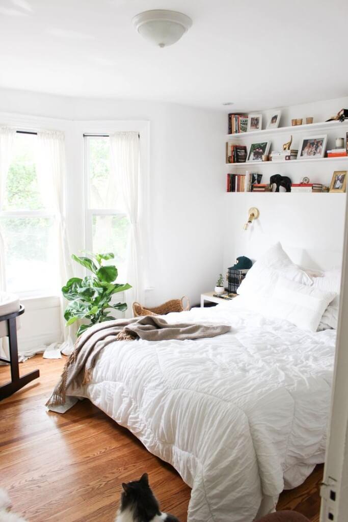 decoração minimalista no quarto com prateleiras