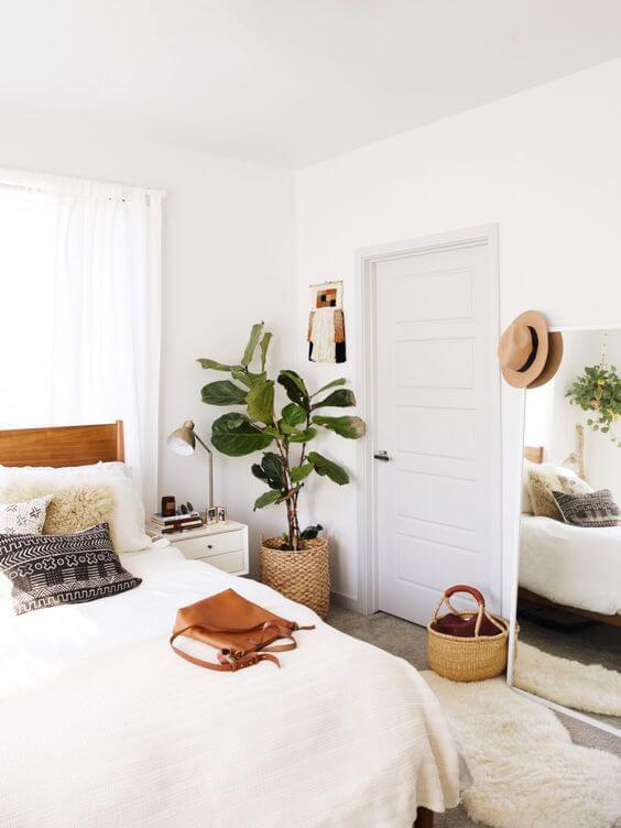 decoração minimalista no quarto com tons de madeira