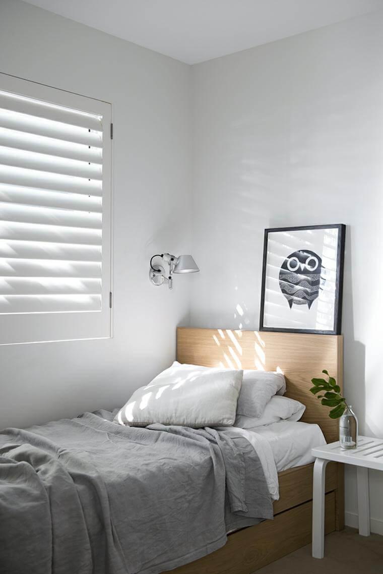 decoração minimalista no quarto de madeira