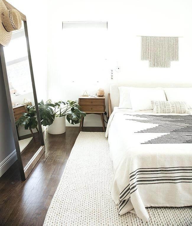 decoração minimalista no quarto piso de madeira