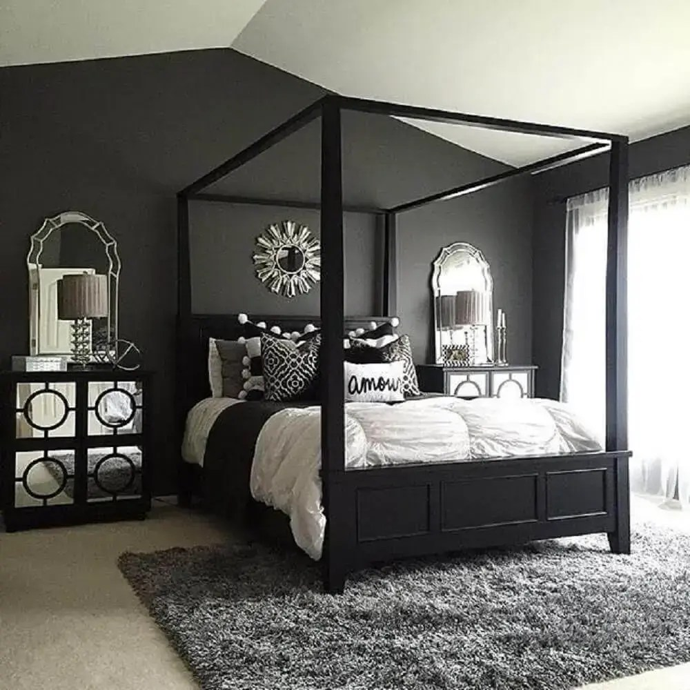 quadro com parede preta e móveis espelhados