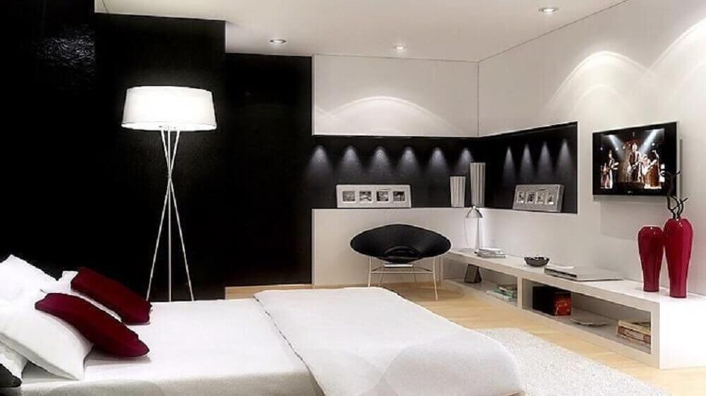 quarto preto bem iluminado